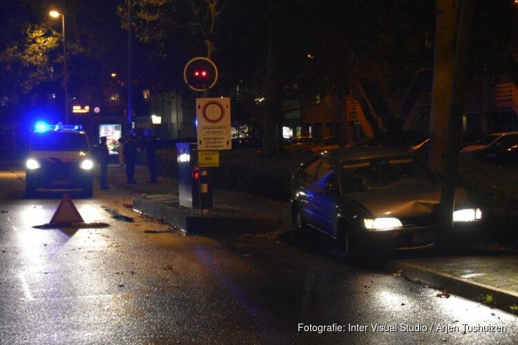 Gestolen auto tegen lantarenpaal