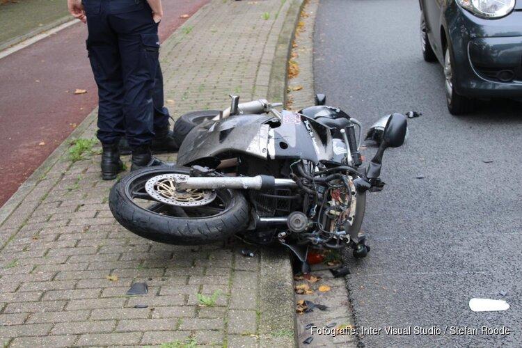 Motorrijder zwaar gewond na botsing achter op auto