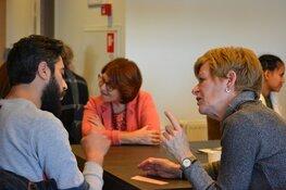 Speeddate tussen nieuwkomers en Nederlanders op het NL plein in de Bibliotheek