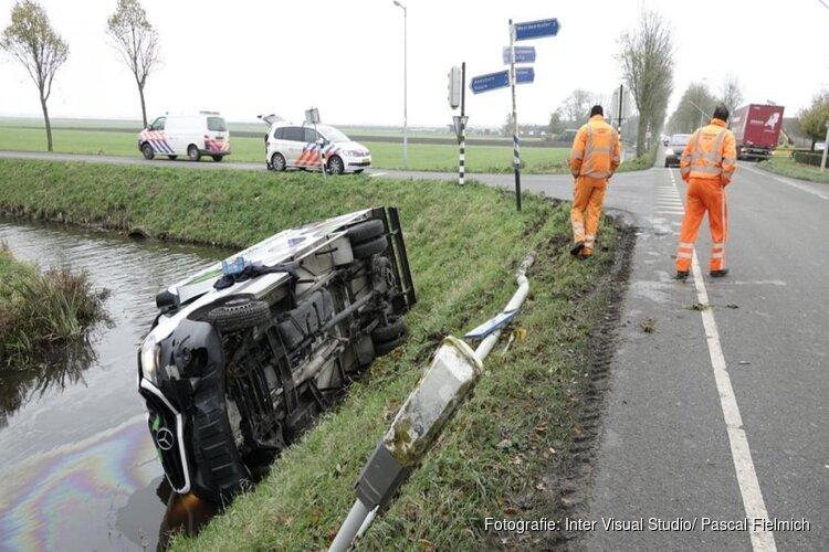 Vrachtwagen belandt na uitwijkmanoeuvre in sloot in Middenbeemster