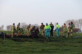 Brandweer bevrijdt man die tot zijn oksels was weggezakt in modder in Noordbeemster