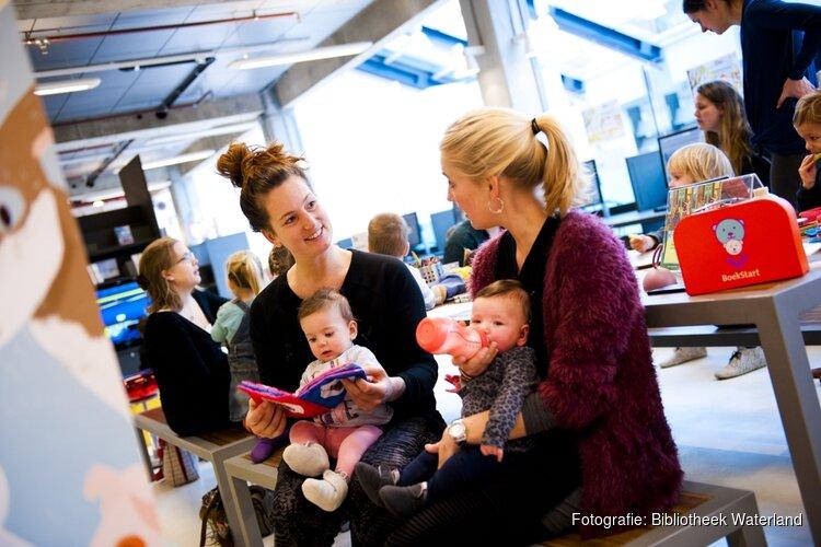 Voorlezen en liedjes zingen met de baby op schoot in de Bibliotheek Landsmeer