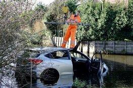 Auto te water bij parkeerplaats in Purmerend