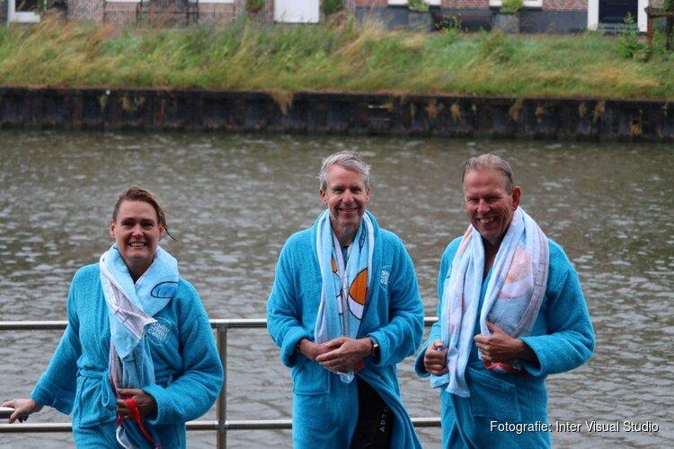 Burgemeester Bijl zwemt in Noordhollands kanaal voor Swim  to Fight Cancer