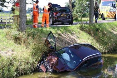 Auto belandt in de sloot bij ongeval Middenbeemster