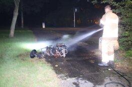 Brommer in brand in parkje Purmerend