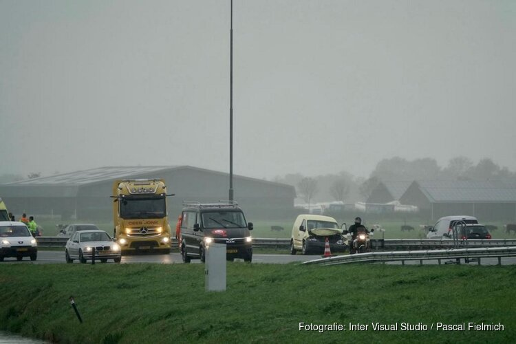 Auto's botsen op A7 bij Wormerveer, twee ambulances ter plaatse