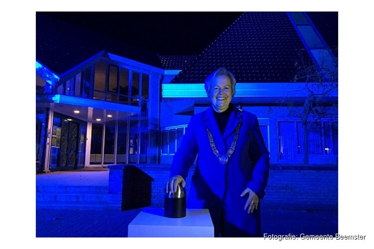 Burgemeester Karen Heerschop ontsteekt blauwe verlichting gemeentehuis Beemster vanwege 75 jaar VN