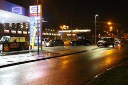 Agenten in kogelwerende vesten houden twee personen aan bij tankstation Purmerend