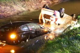 Twee auto's te water in Middenbeemster