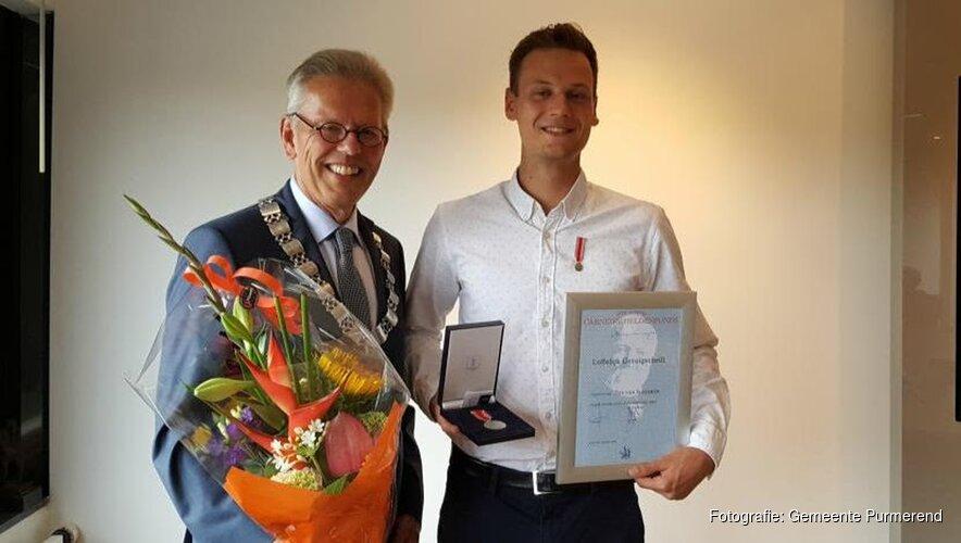 Tijs van Slageren ontvangt medaille voor heldendaad