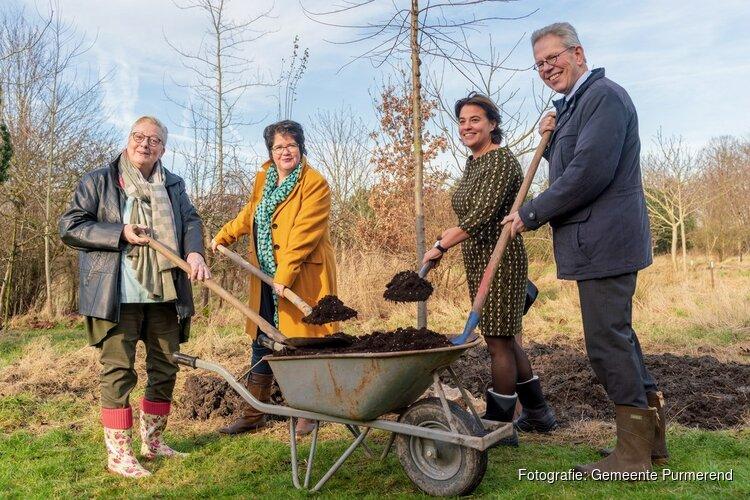 Burgemeesters Joyce van Beek en Don Bijl planten samen boom