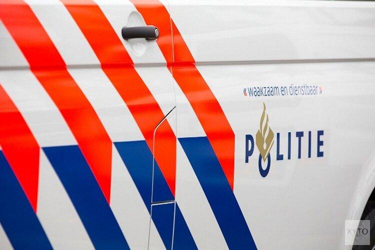 Vrachtwagen kantelt in sloot Middenbeemster, ravage op de weg