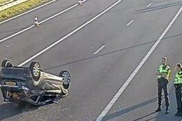 Auto slaat over de kop bij knooppunt Zaandam: vertraging richting Purmerend