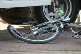 Fietsster onder vrachtwagen