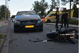 Bromfiets en auto met elkaar in aanrijding